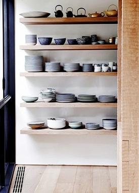 Mensole in stile shabby chic, ceramiche e piatti
