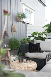 Balcone arredato, divano e cuscini da esterno