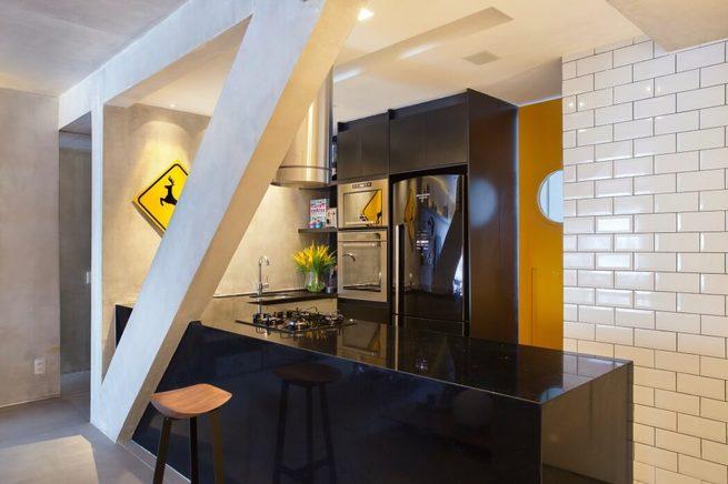 Cucina nero lucido in stile industrial