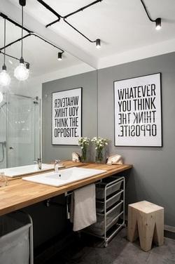 Quadro appeso in bagno grigio e nero