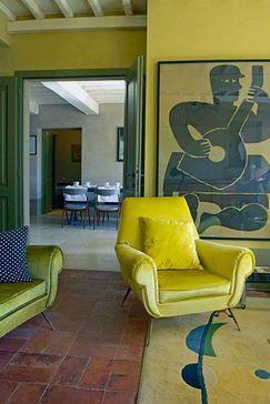 Arredamento giallo e bianco per salotto