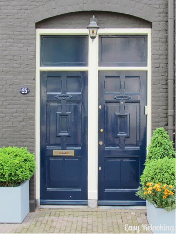Portone di ingresso dipinto blu scuro