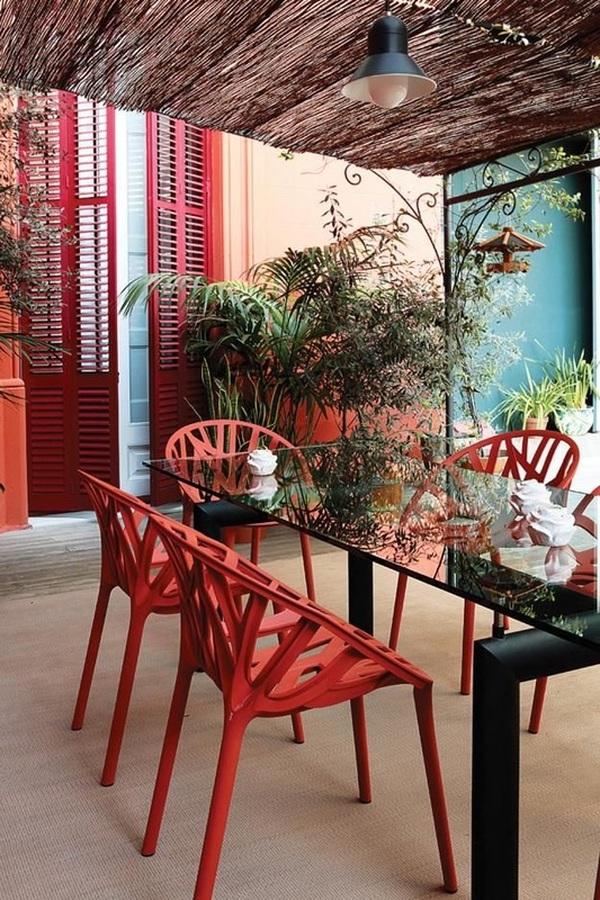 Terrazzo arredato in rosso