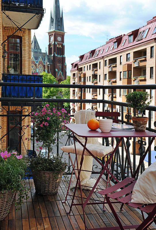 Balcone e terrazzo arredato in rosso