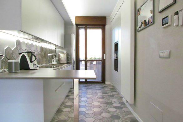 Cucina bianca con cementine