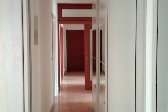 Corridoio lungo e stretto colore e accessori easyrelooking - Divano di fronte alla porta d ingresso ...