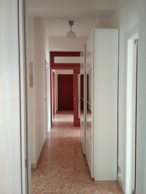 Corridoio lungo e stretto colore e accessori easyrelooking for Arredare corridoio stretto e corto