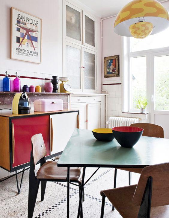 Arredamento anni 60 il design della plastica e dei colori for Arredamento basso costo