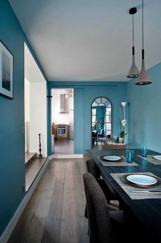 Sala da pranzo sulle tonalità del blu, aquamarina, turchese e legno, arredamento sala da pranzo
