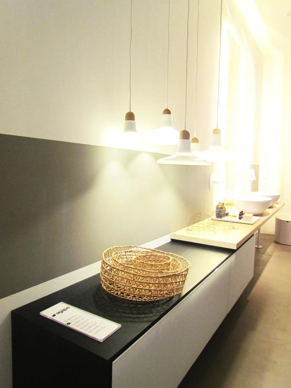 Mobile bagno con doppio lavabo e lampade pendenti. Agape Design