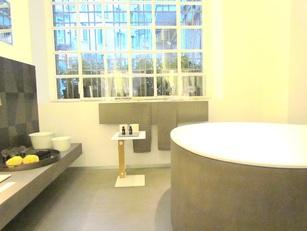 Vasca da bagno con tavolino porta sapone. Agape design