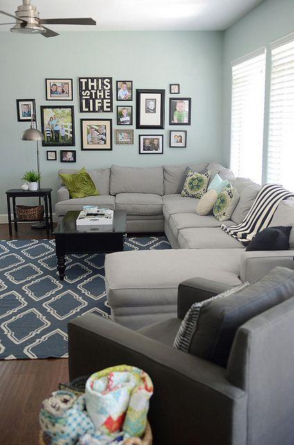 Parete con composizione di quadri appesi in soggiorno