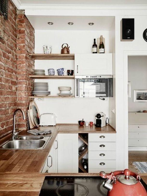 Cucina stile industriale con mensole in acciaio