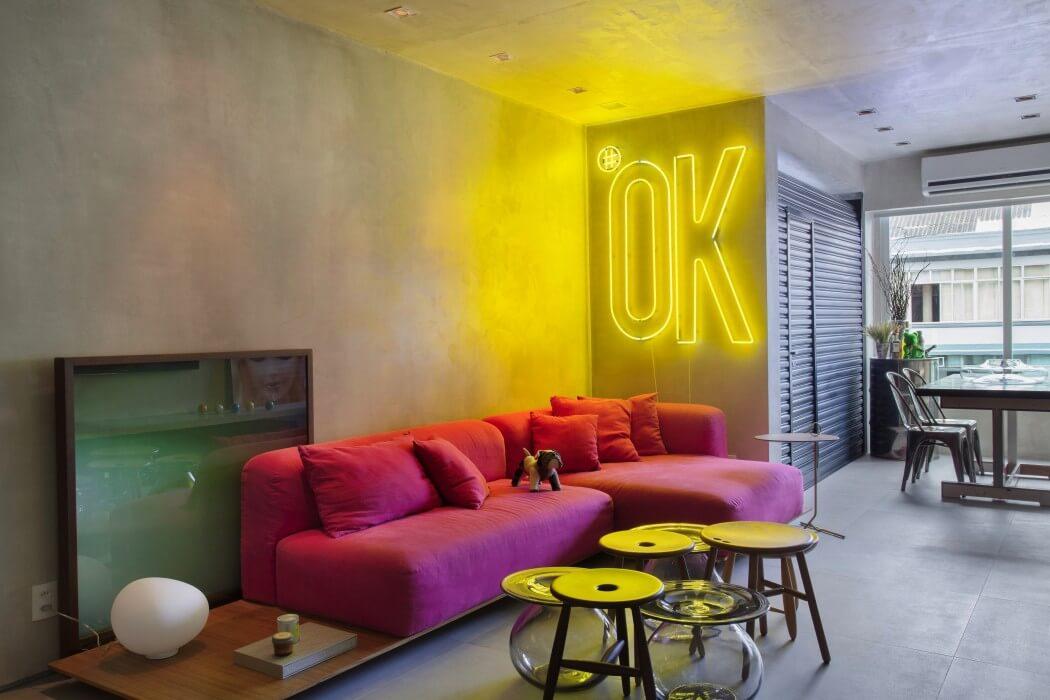 soggiorno in stile pop e industrial con divano fucsia