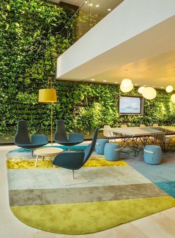 Arredi gialli e verdi con giardino verticale