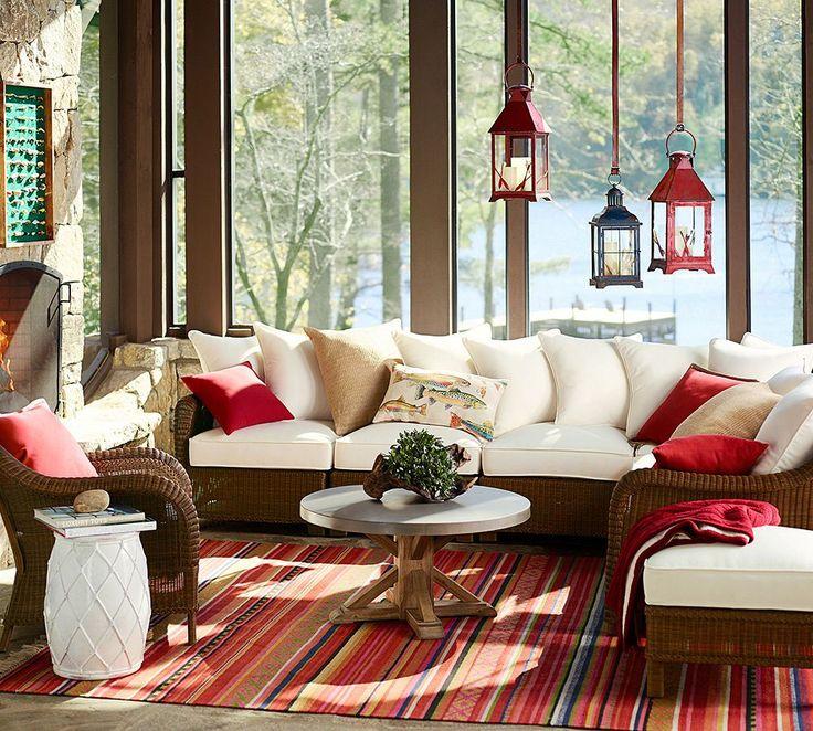 Balcone arredato in rosso e bianco