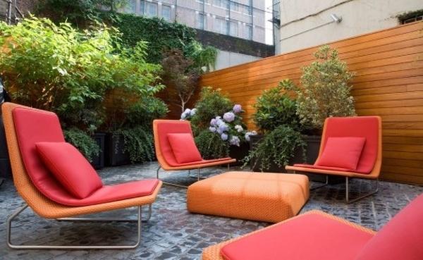 Terrazzo arredato in rosso e arancione