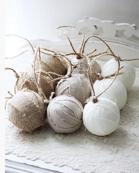 Decorazioni bianche e tortora per Natale